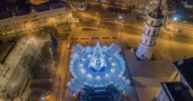 В Вильнюсе установили рождественскую ёлку, украшенную гирляндами длиной более 5 километров. Сверху она похожа на часы